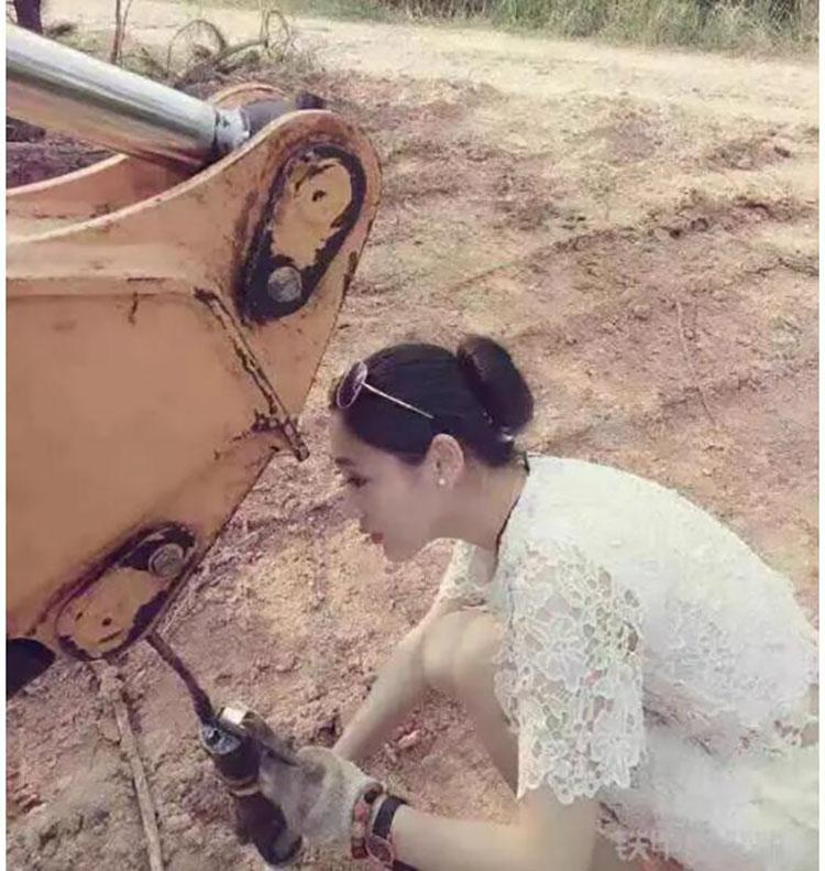 机手正精心保养旋挖机