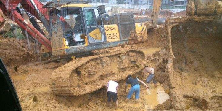 旋挖机司机在辛苦的工作