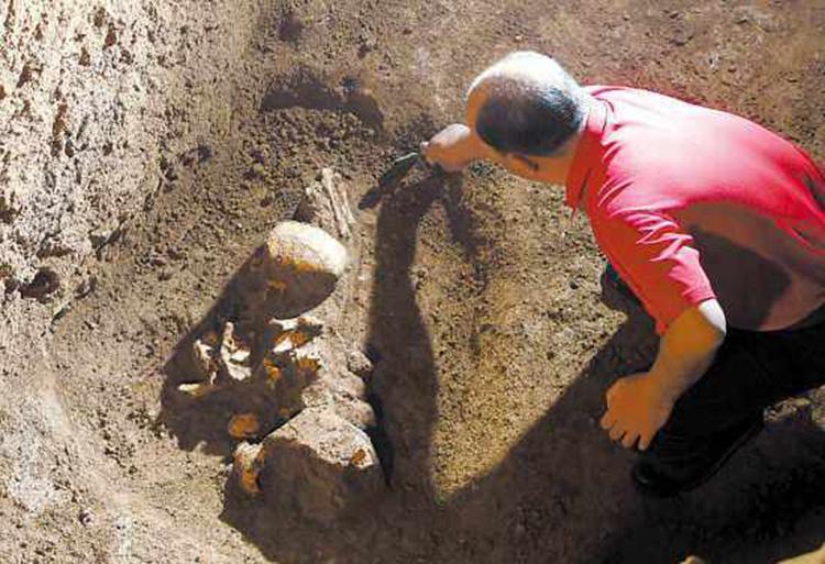 考古发掘单位的工作人员进行发掘文物