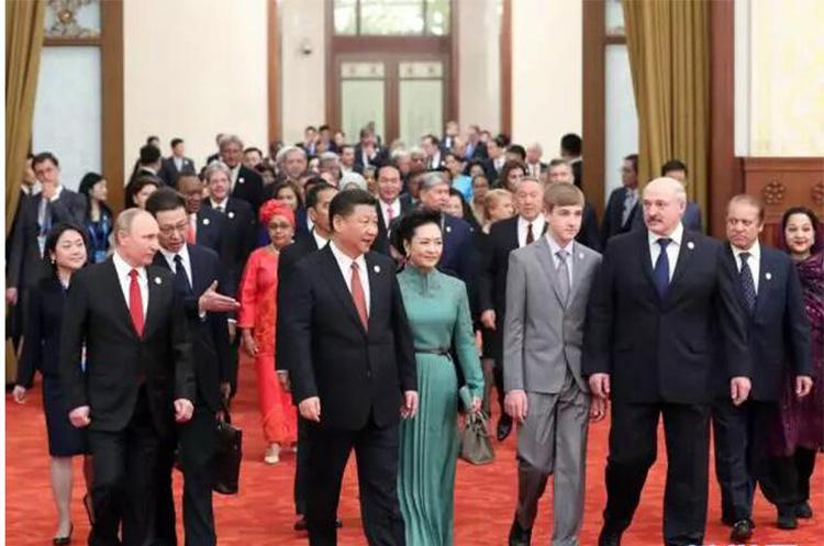 习近平和彭丽媛欢迎参加一带一路国际合作高峰论坛的来宾
